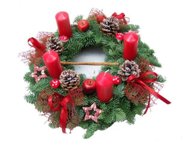 Adventskranz traditionell rot dekoriert