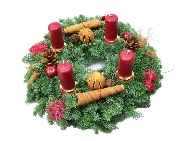Adventskranz Nobilis mit Zapfen, Orangen, roten Strohsternen, Zimthörnchen und natürlicher Deko